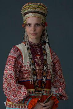 7. Молодая женщина в праздничном костюме. Село Дорожово, Орловская губ. начало XX в. (коллекция Музея традиционного костюма).
