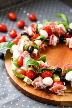 Przepis na koreczkowy wieniec pełen przystawek Caprese Salad, Cooking, Food, Kitchen, Essen, Meals, Yemek, Brewing, Cuisine