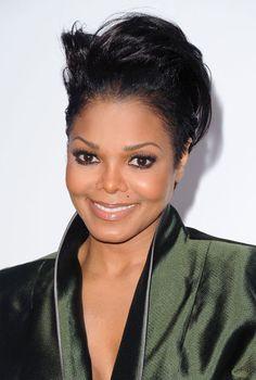 APRES : le visage de Janet Jackson A 16 ans, Janet commence par se faire refaire le nez puis la poitrine. Quelques années plus tard, sa carrière commence à tourner au ralenti. Elle prend beaucoup de poids puis perd 30 kilos mais nie s'être fait poser un anneau gastrique. En revanche, elle n'a pas dit non à une petite liposuccion.