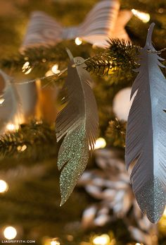 DIY Paper Feather Garland and Christmas Tree Ornaments Diy Paper Christmas Tree, Christmas Tree Garland, Noel Christmas, Diy Christmas Ornaments, All Things Christmas, Winter Christmas, Holiday Crafts, Christmas Decorations, Feather Garland