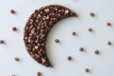 TARTE MOON Vous avez envie d'épater vos amis ? Ou tout simplement de vous faire plaisir avec un gâteau beau et bon ? Léa vous propose sur le blog la recette de la Tarte Moon / Tarte Lune : un délice ! http://waytwocool.com/index.php/2017/09/23/tarte-moon-chocolat-praline-noisettes/ chocolat praliné noisettes ganache au chocolat au lait pâte sablé au chocolat