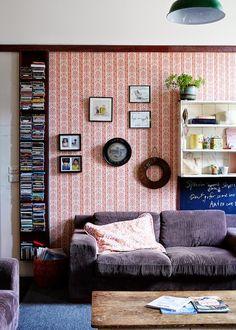 Casas con estilo: Zona de estar con papel pintado