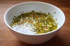 Salsa Vinagreta - Comida cubana. Esta salsa sse utiliza normalmente como aliño a las ensaladas, es básicamente una ensalada para acompañar vegetales crudos , hervidos o hechos a la parrilla,muy sencilla y refinada.