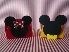 Forminhas para doce com aplique do Mikey e da Minnie feito com papel de scrapbook. Fazemos no tema e cores que desejar.  Pedido mínimo de 50 unidades da mesma cor. R$ 1,00