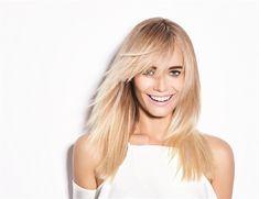blond californien, chemise blanche avec manches tombantes, lèvres rose mat, cheveux raids, balayage californien