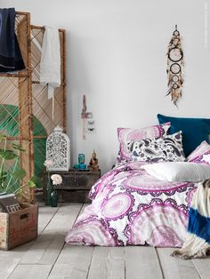 Achieve a happy and relaxed bohemian chic look in your bedroom by layering natural materials and mixing and matching bed linens of different colors and patterns. More importantly you gotta have a dream catcher! Discount Furniture, Furniture, Interior, Home Bedroom, Bed Linen Design, Cool Beds, Home Decor, Inexpensive Furniture, Bedroom Decor