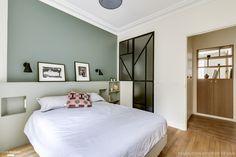 La chambre de l'appartement affiche un look coloré sur mesure