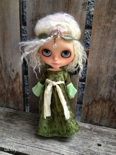 dolly molly Medieval forest green penne velvet dress and crown for BLYTHE doll