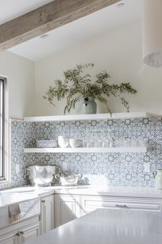 20 Country cottage kitchen decor ideas to make your kitchen feel all the more appetizing - Ethinify Cottage Kitchen Decor, Farmhouse Kitchen Cabinets, Cottage Kitchens, Rustic Kitchen, Vintage Kitchen, Country Kitchen Tiles, Spanish Tile Kitchen, Kitchen Wall Tiles, Cottage Kitchen Backsplash