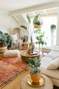 Spring Refresh At Home — Black & Blooms #room #homedecor #design #art #homedesign #home #decor #design Boho Living Room, Cozy Living Rooms, Living Room Interior, Bohemian Living, Living Room With Plants, Bohemian Beach, Apartment Living, Kitchen Interior, Living Room Bookshelves