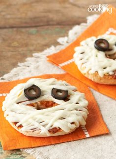 Mummy-Face Pizzas — Mozzarella string cheese isn't just an awesome snack that kids enjoy. It also happens to be the perfect ingredient for making this Halloween-worthy Mummy-Face Pizzas recipe! Entree Halloween, Halloween Appetizers, Halloween Food For Party, Halloween Treats, Halloween Foods, Haunted Halloween, Halloween Desserts, Halloween Night, Preschool Cooking