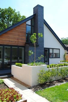 Modern Exterior Home Ideas: Contemporary Chalet Bungalow Conversion By LA Hally White Exterior Houses, Stucco Exterior, Exterior Cladding, Exterior House Colors, Modern Exterior, Exterior Design, Black Trim Exterior House, Bungalows, Flat Roof Design
