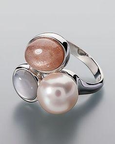 Silberner Ring mit Perle und 2 Mondsteinen - Perle in Creme trifft auf Mondsteine in Grau und Orange Der Ringkopf ist kunstvoll 3-geteilt. Einen Teil bildet eine cremefarbene Süßwasserzuchtperle aus China.  Die anderen beiden Teile des Ringkopfes sind mondstein-besetzt. Ein Mondstein ist grau, der andere orangefarben. Die afrikanischen Steine bieten zusammen ein Gewicht von über 3,5 Karat. Angenehme Ringschiene  #schmuck #sognidoro #sogni #doro #silber #ring #pearl #moonstone