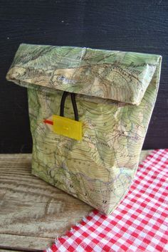 Eine alte Wanderkarte habe ich mit Einfassfolie (Selbstklebefolie z. für Buch… I encased an old hiking map with a wrapping film (self-adhesive film, for example, for book covers) and used it to make a small lunchbag … Crafts To Do, Diy Craft Projects, Diy Crafts, Small Lunch Bags, Diy Recycle, Reuse, Upcycled Crafts, Diy Paper, Textiles