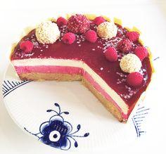 Denne kage har været længe ventet på bloggen ... Men nu er den her endelig.  Beklager til alle jer, der har siddet og ventet på den. Håber det er bedre sent end aldrig, at i endelig kan få lov at slå jer lås i køkkenet med denne lækre hindbær og hvid chokolade mousse kage.  Ka....