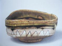織部鋸歯文茶碗 口径13、9cm 高さ6、6cm 外側に鋸歯文、内底には瓢箪や鳴子が描かれています 古田織部展