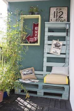 Surfez sur la tendance palettes en bois pour apporter une touche de couleur sur votre balcon, repeignez ces fameuses palettes dans la couleur de votre choix et le tour est joué !