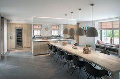 Vergrijsd eiken heeft een mooie verweerde look en geeft een heel eigen karakter aan uw keuken. In deze woning komt het materiaal terug in elke ruimte.