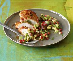 Köstlich: Hähnchen mit Avocado-Salsa! Das Fleisch wird mit Cayennepfeffer und Honig verfeinert und die frische Salsa wird mit Limette abgeschmeckt.