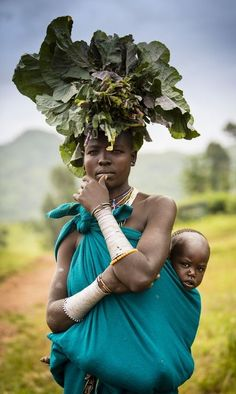 Karo Woman & Child - Omo Valley - Ethiopia - Africa - By France Leclerc We Are The World, People Around The World, Wonders Of The World, Cultures Du Monde, World Cultures, African Tribes, African Women, Black Is Beautiful, Beautiful People