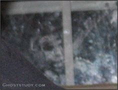 Ghost watching from outside nope no no no no Real Ghost Pictures, Ghost Images, Ghost Photos, Creepy Pictures, Scary Places, Scary Things, Creepy Stuff, Haunted Places, Paranormal Pictures