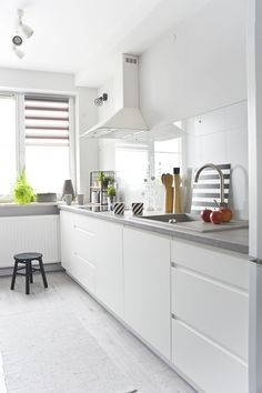 #Modern #kitchen #scandinavian #style. The #white colour in the interior of the kitchen adds space and a sense of cleanliness. #interior #design #ideas #inspirations #decor #black #details #Kuchnia #nowoczesna w #stylu #skandynawskim. Kolor #biały we wnętrzu jakim jest kuchnia dodaje przestronności i poczucie czystości. #wnętrza #design #inspiracje #dekoracje #styl #skandynawski