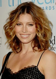 Pin for Later: The Clavicut — the Best Celebrity Midlength Hairstyles Jessica Biel Jessica Biel teams golden highlights with soft waves to make her shoulder-length hair look shorter and bouncier, Jessica Biel, Jessica Chastain, Long Brunette, Brunette Hair, Mid Length Hair, Shoulder Length Hair, Clavicut, My Hairstyle, Hair Styles