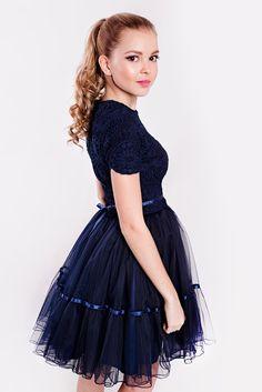 fc5b3b391248 Modré krajkové šaty s tylovou sukní nad kolena. Cena od 4899 Kč.