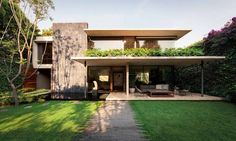José Juan Rivera Rio references Mexican Modernism - News - Frameweb Villa Design, Modern House Design, Small Mansion, Modern Mansion, U Shaped Houses, Condominium Interior, Big Mansions, Design Exterior, Tropical Architecture