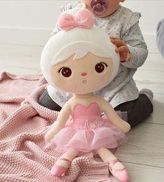 Vzhľad bábiky Metoo je doplnený prvkami, ktoré si zamilujú malé baleríny – lesklé baletné topánky, ružové telo, tylová sukňa. Hello Kitty, Fictional Characters, Baby Dolls, Fantasy Characters