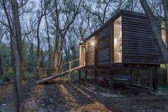 CASA EN EL DELTA. La estructura fue pensada para que no se hunda en el pantano y se mezcle con la naturaleza abstracta. (Fotos: Joaquín Portela)
