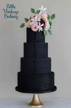 ✨ Old Hollywood Glamour theme ✨ Featuring edible lace, bas relief, edible glittery sprinkles and pearls and sugar flowers. Metallic Wedding Cakes, Black Wedding Cakes, Wedding Cakes With Flowers, Sugar Flowers, Lace Flowers, Cake By The Pound, Edible Lace, Hollywood Wedding, Hollywood Glamour