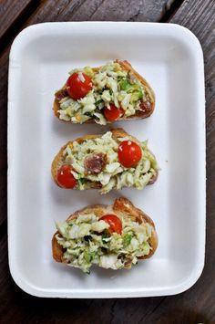 Avocado Crab Crostini ••• Ingredients: lump crab meat, avocado, grape tomatoes, fried and crumbled bacon, fresh tarragon, fresh parsley, salt, pepper, lemon juice, olive oil, french baguette bread ••• Get the recipe @ http://www.howsweeteats.com/2011/06/avocado-crab-crostini/