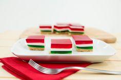 Gelatina de tres colores sobre una costra de galletas de canela con mantequilla. Es ideal para cualquier evento especial o para consentir a tu familia.