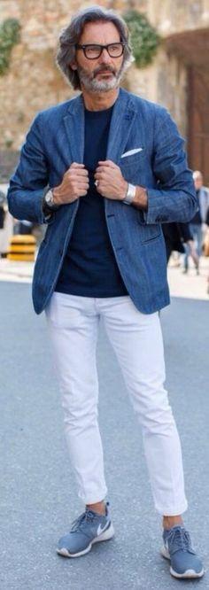 青ジャケットに白パンツを合わせたメンズ着こなし