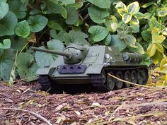 SU-85 1:35 scale Dragon. Looking mean coming out of the jungle hide