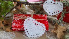 Roligt pyssel som ger mycket stämning. När du virkat ett hjärta är det lätt att få upp farten. Häng upp i en knotig gren, i julgranen eller pynta julklapparna lite extra.