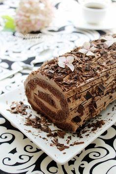Chocolate roulade (in Romanian) Chocolate Triffle Recipe, Chocolate Mouse Recipe, Chocolate Roulade, Chocolate Frosting Recipes, Homemade Chocolate, Lindt Chocolate, Chocolate Crinkles, Chocolate Drizzle, White Chocolate