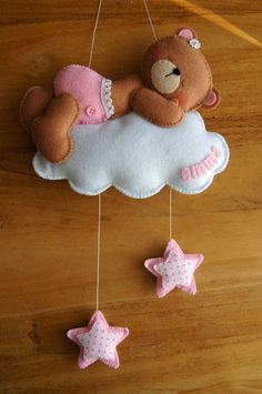 Baby Crafts, Felt Crafts, Diy And Crafts, Mobiles, Diy Bebe, Felt Mobile, Felt Baby, Baby Baby, Felt Decorations