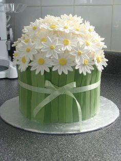 This beautiful daisy cake looks so good. Impress guests when … Easter Daisy Cake. This beautiful daisy cake looks so good. Impress guests when you serve it for Easter dinner or any spring party. Pretty Cakes, Cute Cakes, Beautiful Cakes, Amazing Cakes, Fondant Cakes, Cupcake Cakes, Fondant Tips, Rose Cupcake, Spring Cake
