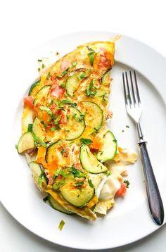 Ten delikatny omlet z warzywami i mozzarellą to szybki pomysł na pożywny posiłek. Plus sposób na przemycenie sporej ilości warzyw więc warto go spróbować! Veggie Recipes, Cooking Recipes, Healthy Recipes, Rice Crispy Treats, Sandwiches, Food Inspiration, Food Photography, Food Porn, Good Food