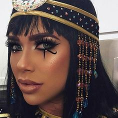 Here are the best Halloween makeup looks to copy this year Kleopatra-inspiriertes Halloween Make-up . Here are the best Halloween makeup looks to copy this year Kleopatra-inspiriertes Halloween Make-up … Fröhliches Halloween, Cool Halloween Makeup, Couple Halloween, Halloween Inspo, Cleopatra Halloween Costume Ideas, Halloween Costumes With Makeup, Halloween Makeuo, Black Dress Halloween Costume, Costume Makeup