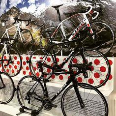 Some pretty bikes @bespokecyclingbuilds #bikeexpo @trekbikes @specialized_uk by yellowjerseyuk
