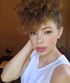 Natural, curly hair and freckles with neutral makeup Ethnic Hairstyles, Sleek Hairstyles, Afro Hairstyles, Curly Hair Styles, Natural Hair Styles, Natural Curls, Au Natural, Natural Life, Natural Beauty