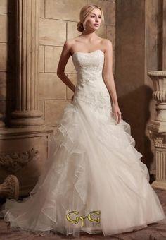 El vestido de novia Ginebra se presenta con un precioso e increible corset cubierto con un ligero y sutil drapeado y unos delicados bordados en zig zag realizados en fina cristalería y pedrería.