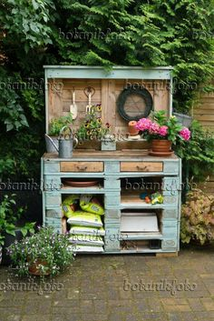 ** Can't have drawers - but little cubbies that small plastic storage containers. - ** Can't have drawers – but little cubbies that small plastic storage containers fit in would b - Garden Shed Diy, Garden Yard Ideas, Garden Projects, Plastic Container Storage, Storage Containers, Plastic Containers, Pallet Shed, Pallet Potting Bench, Garden Pallet