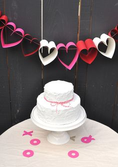 DIY: Paper Heart Garland, Valentine's Day Garland for 2014 Lovers Day Decoration Valentines Bricolage, Valentine Crafts, Be My Valentine, Valentinstag Party, Valentines Day Decorations, Diy Wedding Decorations, Party In Berlin, Decor Crafts, Diy And Crafts