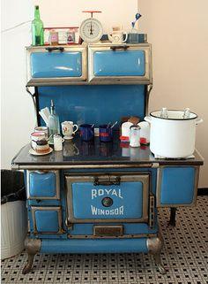 51 Best Ideas For Wood Kitchen Blue Stove Antique Wood Stove, How To Antique Wood, Vintage Wood, Vintage Kitchen, Wood Stove Cooking, Kitchen Stove, Mini Kitchen, Kitchen Wood, Cafeteria Retro