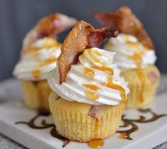 På søndag 12. november er det farsdag, og hva passer vel bedre enn å feire med disse fabelaktige minicupcakes med bacon, som er mange menns favoritt cupcake? Det høres kanskje litt rart ut, med bacon i en cupcake, men det er helt utrolig godt! Tenk amerikanske pannekaker med bacon og sirup. De passer perfekt å …