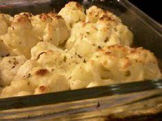 1 couve-flor média  - 1 caldo de galinha  - Sal se necessário  - 1 caixinha de creme de leite  - 150 g de mussarela picada  - Azeite, orégano, queijo ralado a gosto  -